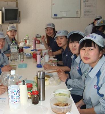 日本三年金属质检工在会社餐厅就餐